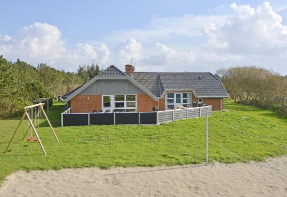 Poolhus med skøn lukket terrasse og beachvolley-bane