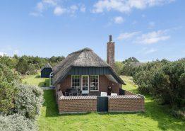 Hyggeligt stråtæktshus med spa, sauna og skønt udeareal. Kat. nr.:  K6524, Brunbjergvej 12;