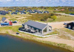 Feriehus med gode terrasser, beliggenhed nær fiskesø og med 12 timer gratis fiskeri (billede 1)
