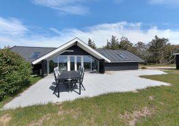Stilfuldt sommerhus med sauna og gennemført indretning. Kat. nr.:  K6771, Klevevej 13;