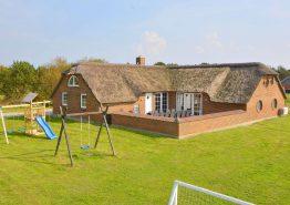 Sommerhus med lukket terrasse, hems og swimmingpool (billede 1)