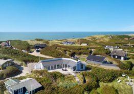 Sommerhus 50 meter fra stranden og med stor havestue (billede 1)