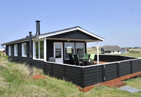 Skønt feriehus med lukket terrasse på flot naturgrund