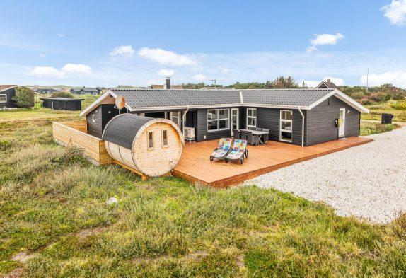 Feriehus på naturgrund med skøn terrasse og udendørs sauna