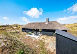 Stilrent, arkitekttegnet stråtagshus kun 300 meter fra stranden