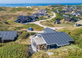 Dejlig sommerhusferie i dette hyggelige feriehus med havudsigt (billede 1)