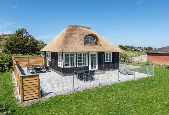 Super charmerende feriehus med stråtag på en læfyldt grund
