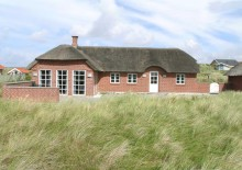Dejligt stråtægt sommerhus på skøn naturgrund ved havet. Kat. nr.:  i6387, Holdvej 41;