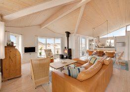 Lyst og åbent feriehus i Søndervig kun 250 meter fra havet (billede 2)