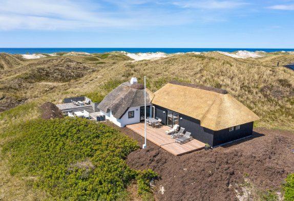 Moderne stråtækt feriehus med brændeovn kun 200 meter fra havet