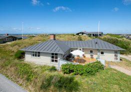Charmerende feriehus med spabad og smuk udsigt til hav og fjord