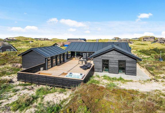 Luksuriøst 5-stjernet poolhus med udespa og sauna tæt på strand