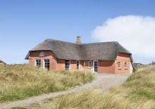 Hus med to badeværelser og stråtag tæt på stranden