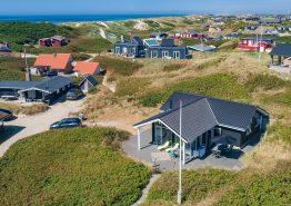 Hus med varmepumpe, udsigt til klitter & tæt på strand