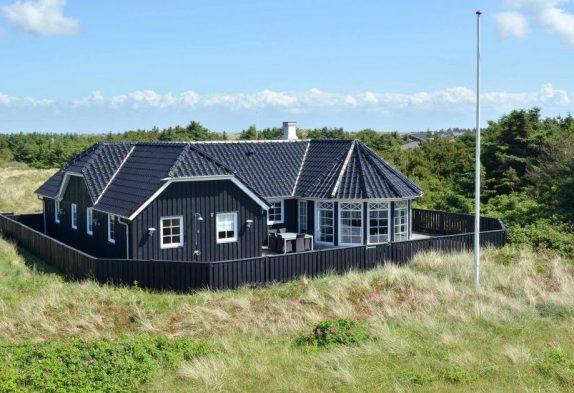Luksushus i Søndervig med skøn terrasse og udendørs bruser