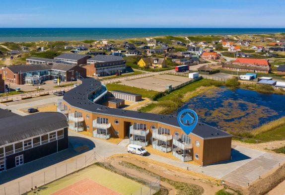 Femstjernet, strandnær ferielejlighed med altan i hjertet af Søndervig