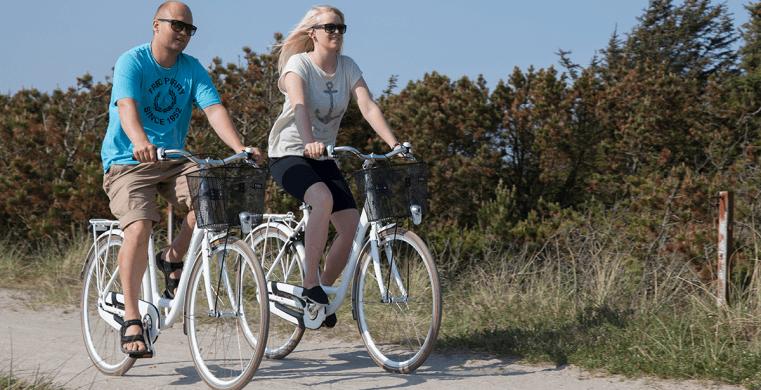 Par cykler til deres sommerhus i Grærup Strand.