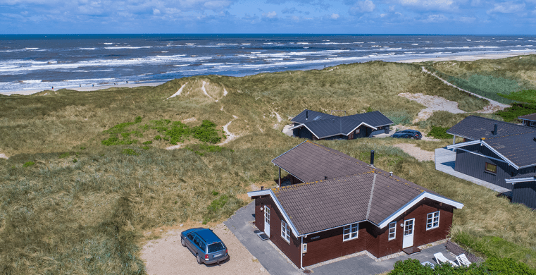 Sommerhuse i klitterne i Henne Strand.