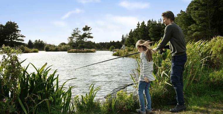 Far og datter fisker tæt på deres sommerhus i Ho.