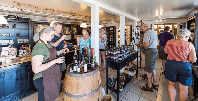 Weinprobe im Urlaub in Houvig, in der Nähe des Ferienhausgebiets.