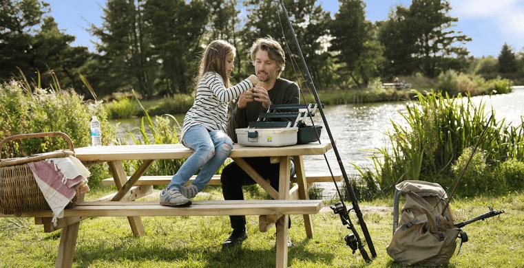 Vater und Tochter im Urlaub in Jegum Ferienland in Dänemark.