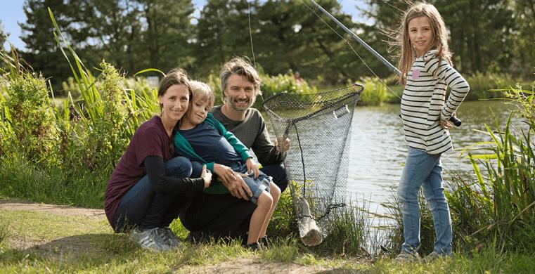 Familie på fisketur tæt på deres sommerhus i Lodbjerg Hede.