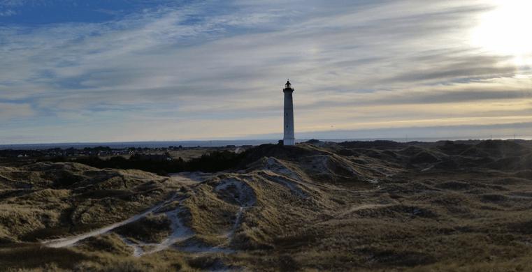 Fyrtårn på stranden i sommerhusområdet Nr. Lyngvig.