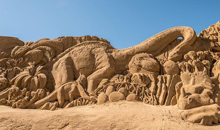 Die Skulpturen sind riesengross - hier zum Beispiel die Dinosaurier