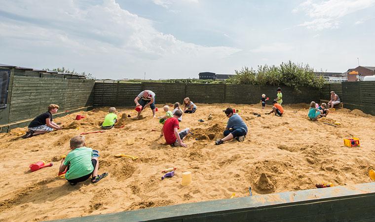Det er også muligt selv at prøve kræfter med sandet til i den store sandkasse ved Den Internationale Sandskulpturfestival