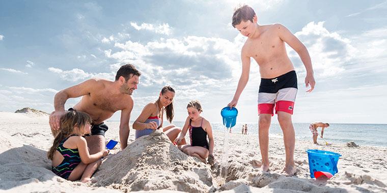 Sandschloss bauen mit der Familie am Strand