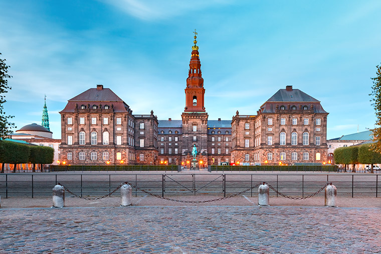 Schloss Christiansborg in Kopenhagen mit Schlosskirche (seitlich)