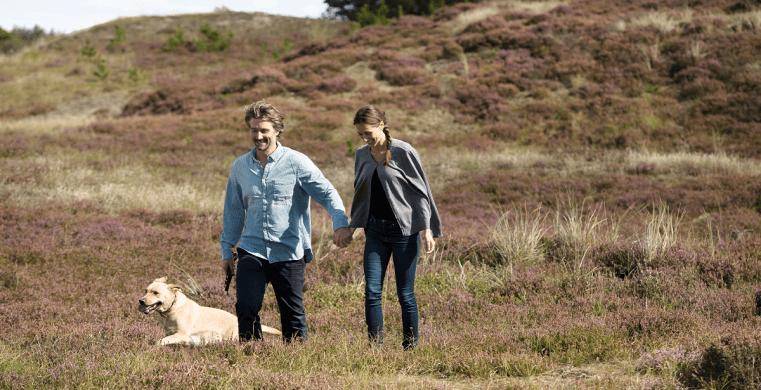 Par på tur med deres hund ved deres sommerhus i Skodbjerge.