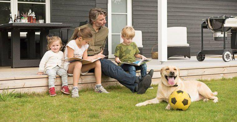 Spiel mit deinem Hund im Garten