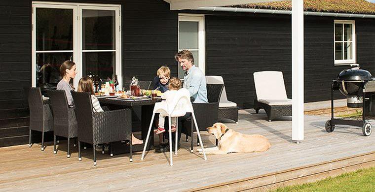 Gemeinsames Essen mit dem Hund am Ferienhaus