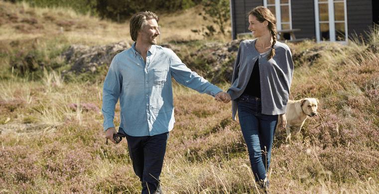 Par på tur i klitterne foran deres sommerhus i Vedersø Klit.