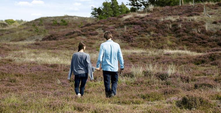 Par på tur ved deres sommerhus i Vester Husby.