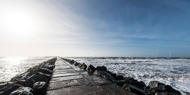 Die faszinierende Nordsee an einem sonnigen Tag im Herbst an der Mole in Hvide Sande