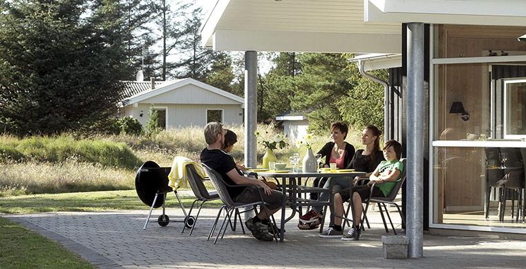 Familie nyder sommeren i deres feriehus