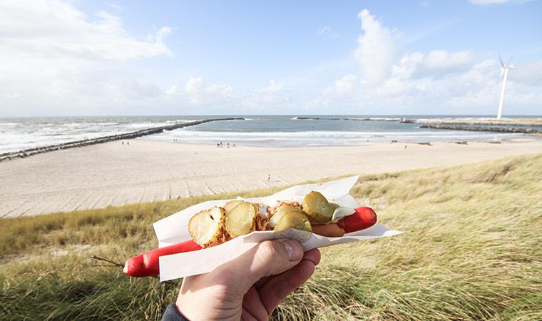 Dänischer hot dog mit roter wurst in Hvide Sande