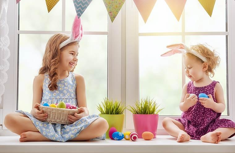 Frühjahr - Kinder suchen Ostereier im Ferienhaus in Dänemark