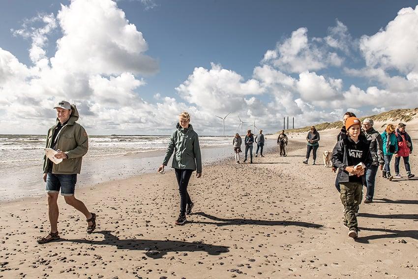 Esmark und omhu bieten gemeinsame Müll sammel Touren am Strand an