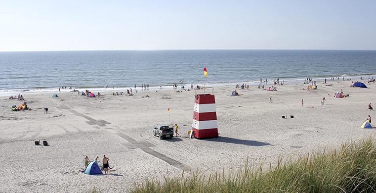 Smuk sandstrand tæt på ferieboliger og feriehuse