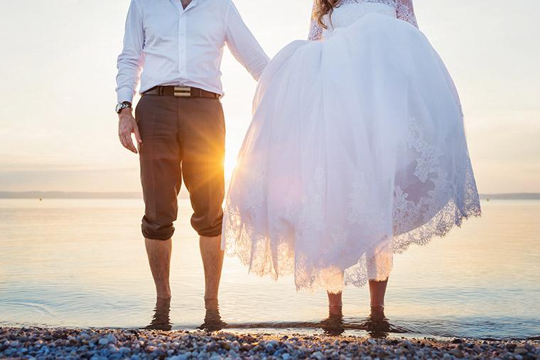 Hochzeit in Dänemark - Brautpaar am Strand