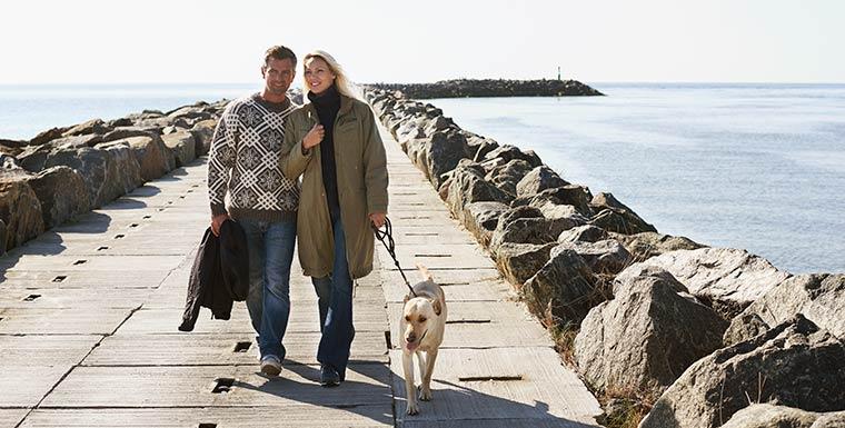 Spaziergang auf der Mole in Hvide Sande in der Nebensaison