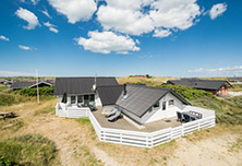 Sommerhus med indhegnet grund