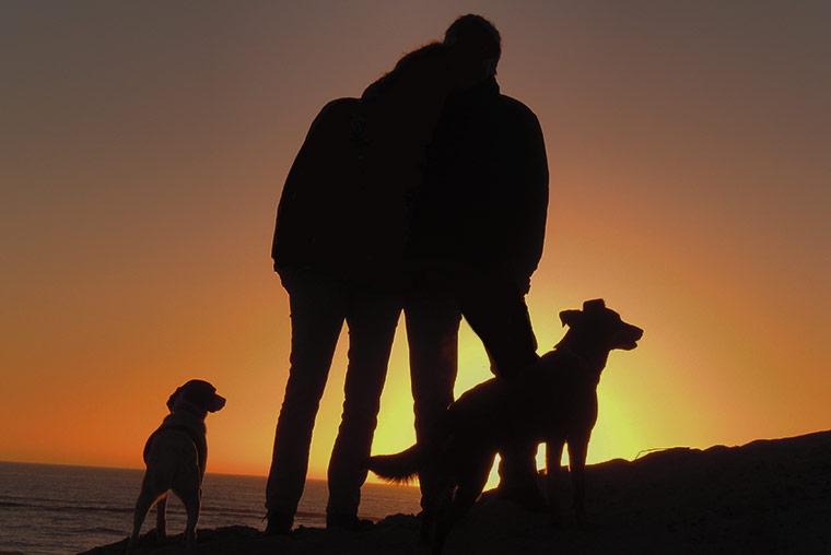 Sonnenuntergang im Urlaub am Strand erleben