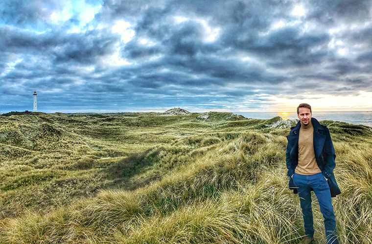 Tim Uhlemann aus Hvide Sande vor dem Leuchtturm